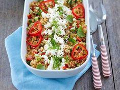 Fetajuustosta ja kuskusista valmistuu maukas ja ruokaisa salaatti, joka sopii vaikkapa piha- tai mökkitalkoiden tarjottavaksi. Anna salaatin maustua viileässä...