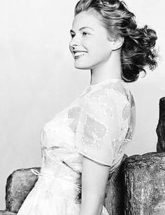 Ingrid Bergman-model could pose like this against the wall while watching friends