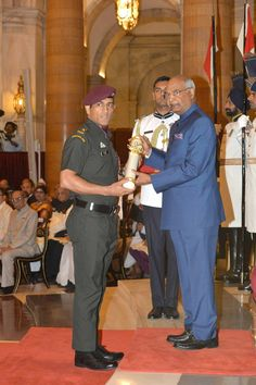 Mahi with PadmaBhushan Me Dhoni, Ziva Dhoni, Childhood Memories Quotes, Childhood Images, Cricket Sport, Cricket News, Ms Dhoni Wife, Indian Army Special Forces, Freedom Fighters Of India