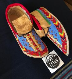 fully beaded red border with a blue fill and brass studs. Adorned with a short red cuff all on smoked buckskin. Don't forget to check out the new amazing colors at tetontradecloth. Native American Moccasins, Native American Regalia, Native American Clothing, Native American Artwork, Native American Crafts, Native American Beadwork, Native Beading Patterns, Beadwork Designs, Beaded Moccasins