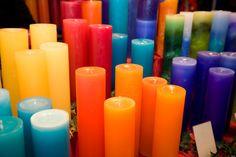 """""""Todas las velas, independientemente de cómo estén hechas y de dónde se hayan comprado deben ser purificadas y consagradas antes de su uso en un rito, o ritualizadas para un propósito mágico.Para ello necesitamos ungirlas con un aceite adecuado, éste bien puede ser el aceite o esencia que mejor venga al propósito de nuestro ritual"""""""