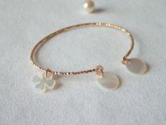 Bracelet JONC ouvert en plaqué or avec ses 2 pastilles en nacre et son trèfle - etoile du vent : Bracelet par etoile-du-vent