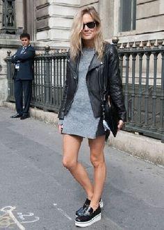 vestido cinza, jaqueta de couro e sapato creeper