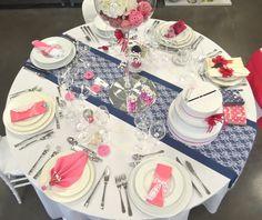 Décoration de table en bleu marine et fuchsia.