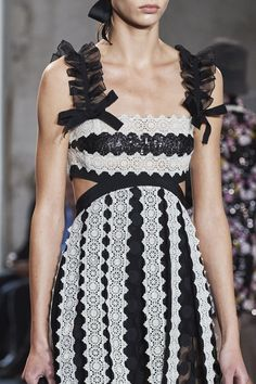 Giambattista Valli Spring 2020 Ready-to-Wear Fashion Show - Vogue Couture Fashion, Runway Fashion, Women's Fashion, Daily Fashion, Street Fashion, Lace Evening Gowns, Spring Fashion Trends, Sheer Dress, Tulle Dress