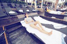 요로코롬 누워서 하늘 보기 🤗 #여행 내내 날씨가 좋아서, 맑은 #하늘 만 볼수있었당 ❤ . #일상 #데일리 #여행 #singapore #marinabaysands #수영 #싱가폴 #마리나베이샌즈