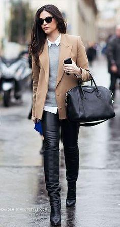 Hemd weiß, Pulli grau, Leggins schwarz, Stiefel schwarz, Mantel creme