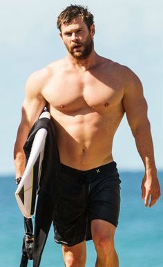Celebrity beach cruising Chris Hemsworth went shirtless and showed off his toned physique after enjoying a spot of surfing in. Chris Hemsworth Thor, Chris Hemsworth Torse Nu, Chris Hemsworth Sem Camisa, Chris Hemsworth Muscles, Snowwhite And The Huntsman, Hemsworth Brothers, Z Cam, Shirtless Men, Muscle Men