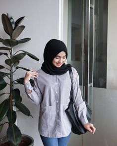 ในภาพอาจจะมี 1 คน Casual Hijab Outfit, Hijab Fashion, Yoga Pants, Womens Fashion, Outfits, Beautiful, Girls, Life, Style