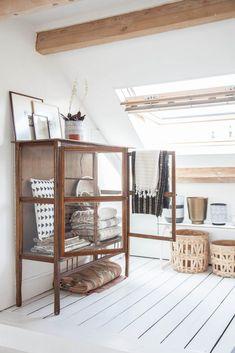 In veel huizen is de zolder een 'rommelhok' of logeerkamer, en vaak wordt hier qua styling niet veel aandacht aan besteedt. Zonde! Met een beetje aandacht kan de zolder juist de mooiste ruimte van het huis worden!Mix van wit, natuurlijke materialen en vintage vondstenZoals op onderstaande foto's; deze zolder is door internationale blogger Holly (van Avenue Lifestyle) omgetoverd tot een prachtige werkplek. Om jaloers van te worden! Het is een fijne mix van veel wit, verschillende m...