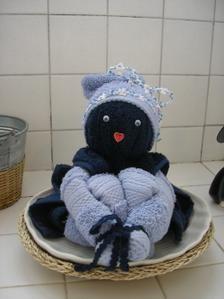 La poupée Florell@ Fournitures : - 2 serviettes éponge «invité » de couleur identique + 1 gant de toilette de la même couleur - 1 serviette éponge «invité » de couleur blanche - 1 boule de polystyrène de Ø 8 cm - - des rubans fantaisies couleur assortie...