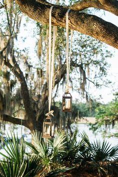 As lanternas que antigamente eram serviam parailuminação noturna, hoje são usadas como lindos objetos decorativos. É muito fácil encontrar uma lanterna ou candeeiro por ai, em lojas, casas, restaurantes, e claro nos casamentos. Não são um objeto barato de decoração, mas por ter diversos tipos de usos, tamanhos e modelos se encaixam em qualquer estilo …