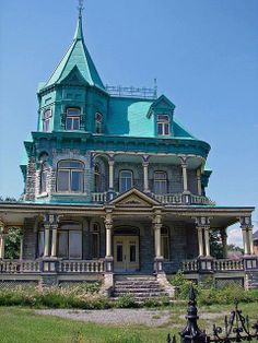 Family House Queen Anne - not a fan of the color but the house itself is gorgeous!Queen Anne - not a fan of the color but the house itself is gorgeous! Old Mansions, Abandoned Mansions, Abandoned Houses, Old Houses, Abandoned Places, Victorian Architecture, Beautiful Architecture, Beautiful Buildings, Beautiful Homes