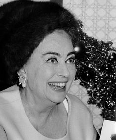 Candid photograph of film legend Joan Crawford. Vintage Hollywood, Classic Hollywood, 80 Plus, Classic Actresses, Joan Crawford, Candid, Daughter, Glamour, Yahoo Search