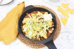 Voor dit Mexicaanse pannetje maak je maar één pan vies (oke, oke, ook nog een snijplank, een mes en een pollepel)! Lekker, simpel en snel! Mexican Food Recipes, Ethnic Recipes, Meat Lovers, 20 Min, Everyday Food, Nachos, Burritos, Paella, Guacamole