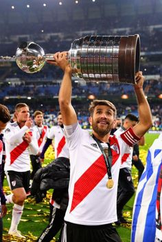 Leonardo Ponzio of River Plate celebrates with the Copa Libertadores. Sport Man, Carp, Plates, Celebrities, Football, Stickers, Money, Anime, Amazing People