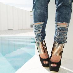Aposte na ousadia do jeans destroyed para criar looks mais jovens e descontraídos. Aproveite essa dica e compre seu jeans Labellamafia com 30% off até Domingo! . #labellamafia #labellamafiaworldwide #hardcoreladies