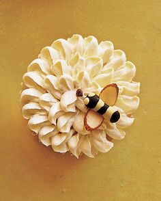 bee on flower cupcak