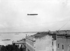 Dirigível Graf Zeppin, sobrevoando Lisboa por ocasião das Festas de Lisboa de 1935. Reprodução fotográfica? Fotógrafo: Estúdio Horácio Novais. Data de produção da fotografia original: 10 junho 1935.  [CFT164 101823.ic]