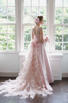 ゴージャスなビジューやワッフルトレーンで、ゲストの視線をお腹から外す♪ マタニティ用のピンクカラードレス。ウェディングドレス・花嫁衣装まとめ。