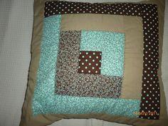 Capa de almofadas com trabalho de patchwork, modelo envelope. Forrada com manta e forro de algodão. Composição de 4 tecidos. R$55,00