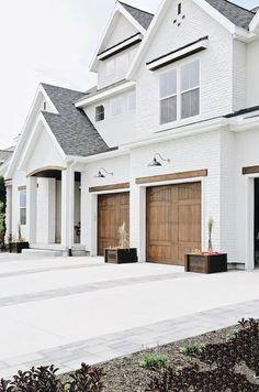 White Exterior Houses, Modern Farmhouse Exterior, House Paint Exterior, Dream House Exterior, Exterior House Colors, Stucco Exterior, White Stucco House, Stucco Homes, House Ideas Exterior