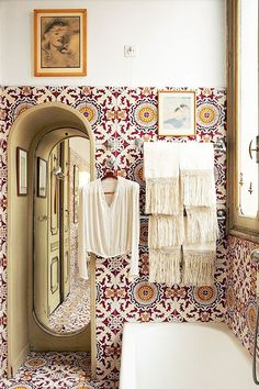 Inspiring Interiors from Leslie Williamson's New Book. Cool bohemian bathroom with azulejos tiles. Style At Home, Love Home, Bathroom Inspiration, Interior Inspiration, Interior Ideas, Ikea Interior, Boho Inspiration, Interior Office, Interior Colors