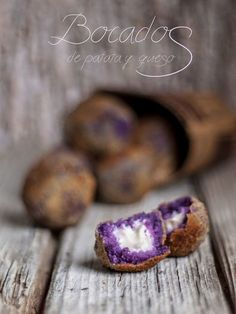 purple potato, mozzarella balls, egg wash & deep fried (recipe in Spanish) Appetizer Salads, Appetizers, Deep Fried Recipes, Tapas Recipes, Xmas Dinner, Tapas Bar, Food Decoration, Slow Food, Mini Foods