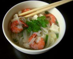 Recette pho aux crevettes et au tofu express par Natalia  : Un potage léger pour réchauffer les soirées d'hiver et apporter une touche d'exotisme, inspiré de la cuisine vietnamienne..Ingrédients : riz, tofu, basilic, coriandre, menthe