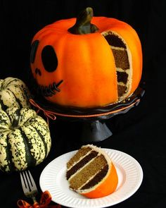 Halloween Pumpkin Cake - Pumpkin Cake is fun and easy project and really scrummy - click for full recipe >> #halloween #party #food #ideas