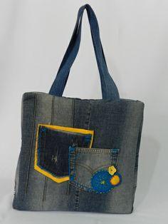 Bolsa Jeans Reciclada, desenvolvida do reaproveitamento de calça jeans, com aplicações de bordados étnicos, com  dois amplos bolsos na parte da frente.  Acabamento interno reforçado que permite carregar seu netbook ou notebook, uma ótima opção para carregar cadernos e livros, ou até mesmo para viagem. R$ 85,00