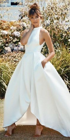One of the hottest trends spotted at both New York Bridal Fashion Week and Barcelona Bridal Fashion Week this year is high low wedding dresses. Hi Low Wedding Dress, Civil Wedding Dresses, Wedding Dress Trends, Elegant Wedding Dress, Dream Wedding Dresses, Wedding Gowns, Wedding Ideas, White Bridal Dresses, Bridal Gowns