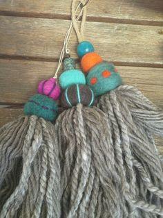 Borlas de lana virgen y fieltro bordado. Ana Aguiar Taller