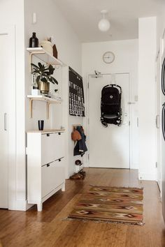 15 Intelligent design and decoration ideas for small apartments to organize your home . - 15 intelligent design and decoration ideas for small apartments to organize and beautify your home - Small Apartment Living, Small Apartment Decorating, Small Apartment Entryway, Apartment Entrance, Small Apartment Storage, Apartment Ideas, Apartment Therapy, Small Appartment, Narrow Hallway Decorating