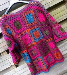 Lindevrouwsweb: Haakpatroon Kroonluchter Alexia Granny Square Sweater, Granny Square Bag, Striped Bags, Baby Vest, Baby Born, Crochet Clothes, Seed Beads, Sweater Cardigan, Elsa