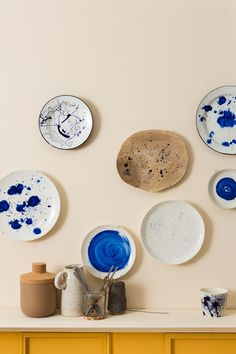 DIY: bespetterde borden   DIY: painted dishes Hang Plates On Wall, Hanging Plates, Scandinavian Living, Simple House, Easy Projects, Kintsugi, A Table, Diy Home Decor, Diys