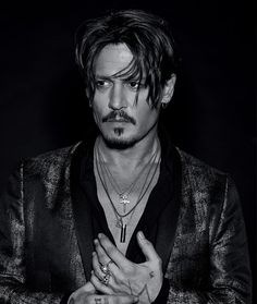 Johnny Depp is Numéro Homme's fall 2017 cover star. The Hollywood legend connects with photographer Jean-Baptiste Mondino. The current face of Dior Perfume… Young Johnny Depp, Barba Van Dyke, Johnny Depp Joven, Junger Johnny Depp, Jonny Deep, Johnny Depp Pictures, Captain Jack, Belle Photo, Gorgeous Men