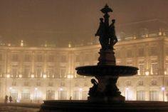 Bordeaux place de la bourse : brouillard et fontaine des 3 Grâces