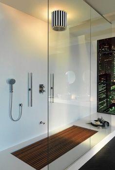Bagno moderno con doccia in vetro