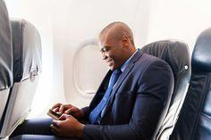 """Dispositivos electrónicos durante todo el vuelo Sabemos que avanzar en esa presentación del trabajo, pasar al siguiente nivel de un juego o escuchar tu canción favorita se disfruta también en la tranquilidad de los aires. Desde ahora podrás mantener encendidos dispositivos electrónicos, como tabletas, e-books, videojuegos, reproductores de música digital y teléfonos inteligentes, siempre y cuando las funciones de transmisión de datos estén desactivadas o en """"Modo Vuelo"""". Para comodidad de…"""