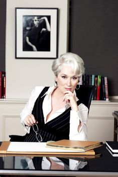 Miranda Priestly (Meryl Streep) in Il diavolo veste Prada Miranda Priestly, Meryl Streep, Prada Outfits, Female Villains, Elle Mexico, Devil Wears Prada, Grey Hair, White Hair, Best Actress