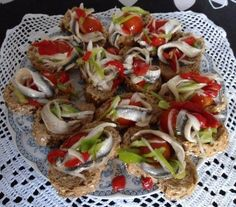Decadent Cakes, Mini Foods, Appetizer Dips, Tostadas, Caprese Salad, Finger Foods, Catering, Food And Drink, Cooking Recipes