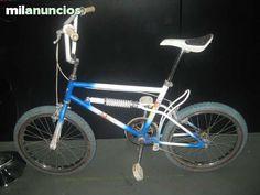 . Bicicleta de la marca Dakar en color azul y blanco con suspension trasera. Rueda 20 x 2.125, pedales metalicos, pata. La bicicleta presenta marcas de uso pero se encuentra en buen estado, tal y como se puede ver en las im�genes
