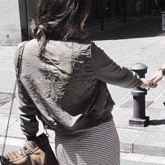 Prueba, arriesga y lo conseguirás. Vestido a rayas y una bomber bordada para conseguir un estilo único. / Try, take a risk and you will get it. Stripe dress and embroidery bomber for a unique style.