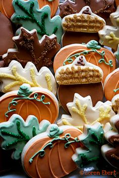 Vanilla Sugar Cookie with Royal Icing Colored Sanding Sugar Accents. Everyone does Christmas cookies, I wanna try Fall cookies! Thanksgiving Cookies, Fall Cookies, Holiday Cookies, Halloween Cookies, Acorn Cookies, Galletas Cookies, Sugar Cookies, Fall Treats, Holiday Treats
