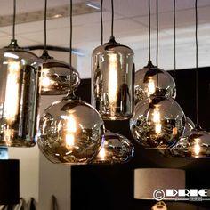 In elke maat leverbaar. Met moderne verlichting. Ook de plafondbevestiging kan op maat en kleur geleverd worden. Verder kunt u de hoogte bepalen en en aantal bollen. Leverbaar in verschillende tinten glas! Dining Room Lighting, Home Lighting, Pendant Lighting, Kitchen Lighting, Teal Kitchen Decor, Grey Kitchen Designs, Farmhouse Lamps, Industrial Style Kitchen, Latest House Designs