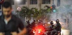 """BLOG  """"O ETERNO APRENDIZ"""" : POLÍCIA MILITAR AO REPRIME MANIFESTANTES JOGA BOMB..."""