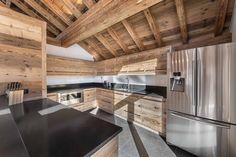 Cuisine ouverte en vieux bois / Open kitchen, old wood.