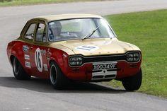 Alan Mann Escort, A libré vermelha e ouro clássico Alan Mann que compete caída sobre as linhas intemporais de um Escort MK1 britânico Saloon Car Championship preparado feitos um para o dos mais belos carros de turismo no início de todos os tempos. Frank Gardner torceu o pescoço do motor twin-cam para ganhar a 1968 BSCC.