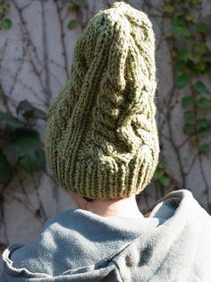 クコの葉で染めたウールの糸で、手編みしてもらったニットキャップです。